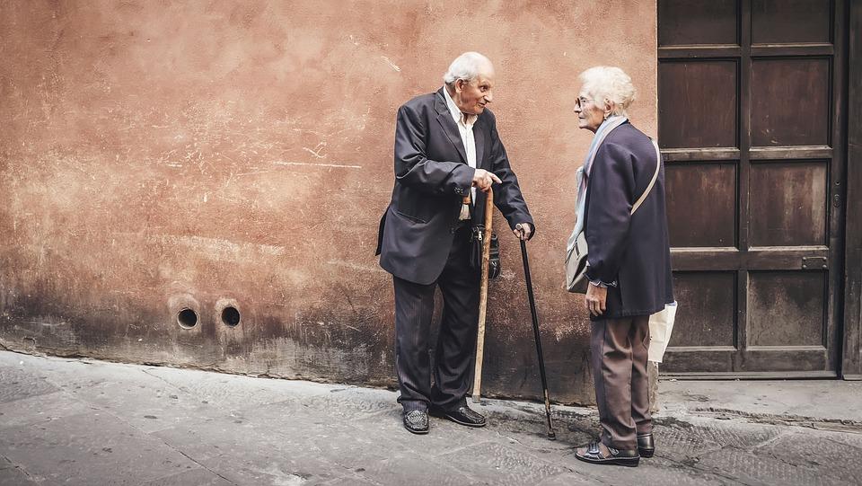 人, 古い, 高齢者, 男, 女性, 話, 外, 家, 茶色の家, 茶色の話, 茶色の高齢者, 茶色の旧