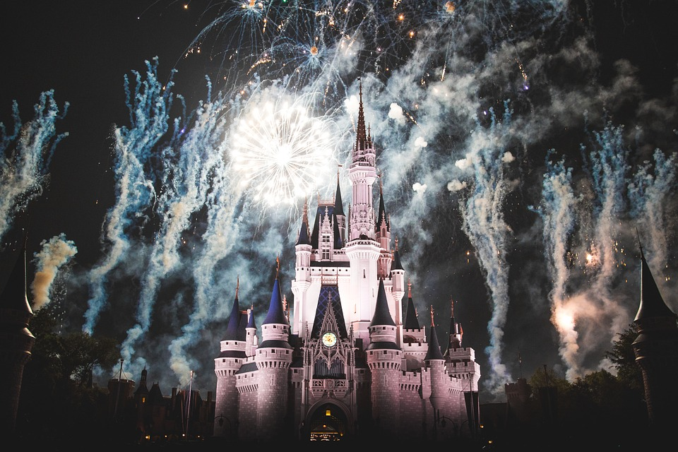 ディズニーの土地, 城, 泊, 暗い, 夜, ライト, アーキテクチャ, 人, 群衆, 花火, グレーの光