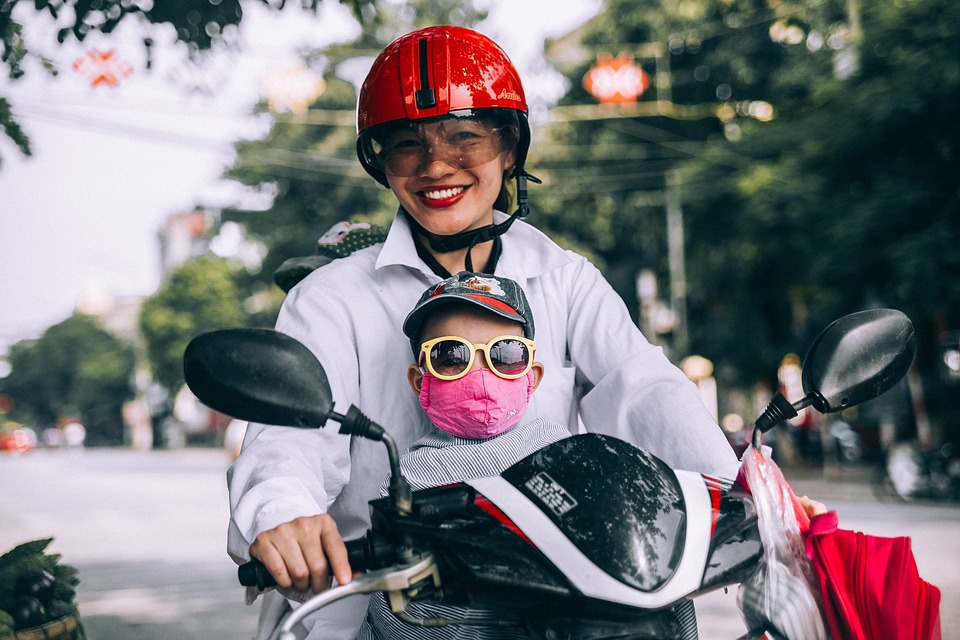 Bukan duduk menyamping, duduk menghadap depan akan lebih aman untuk ibu hamil yang naik motor. (Foto: Pixabay)