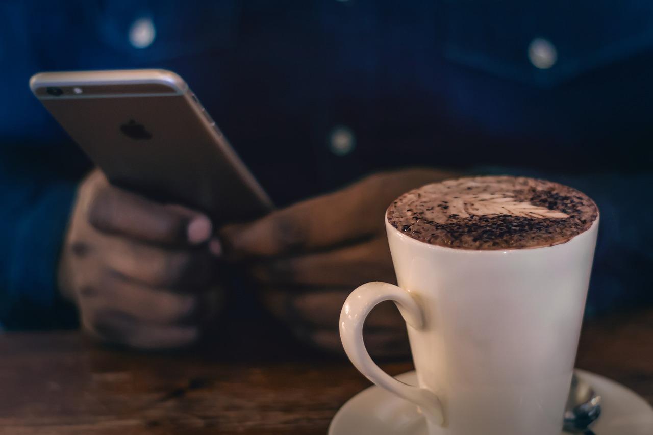 обои на телефон айфон чашка кофе выше гор, тихонечко