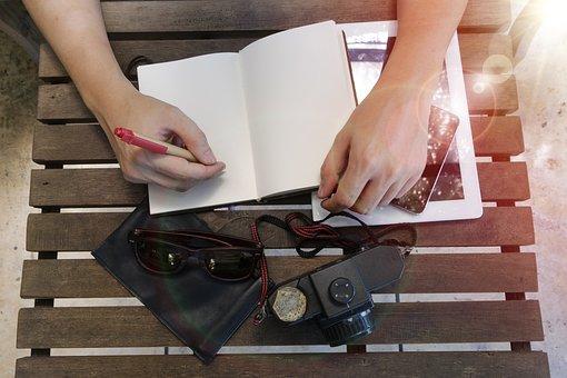 Mão, braço, caderno, caneta, escrita, tablet