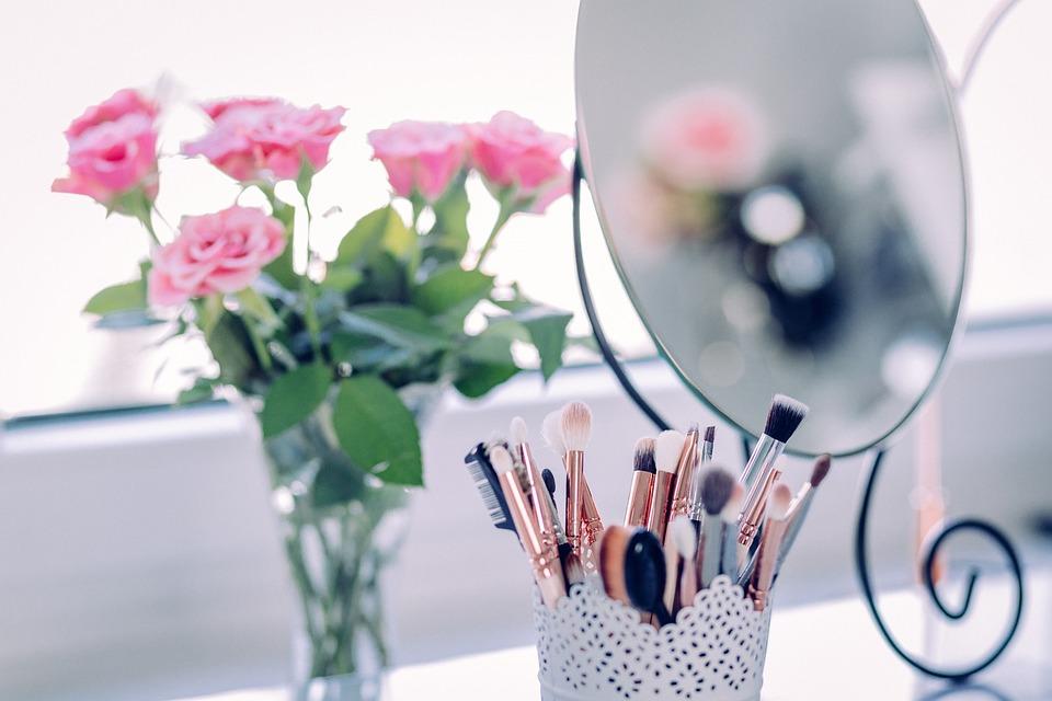 https://cdn.pixabay.com/photo/2017/08/06/05/19/makeup-2589040_960_720.jpg