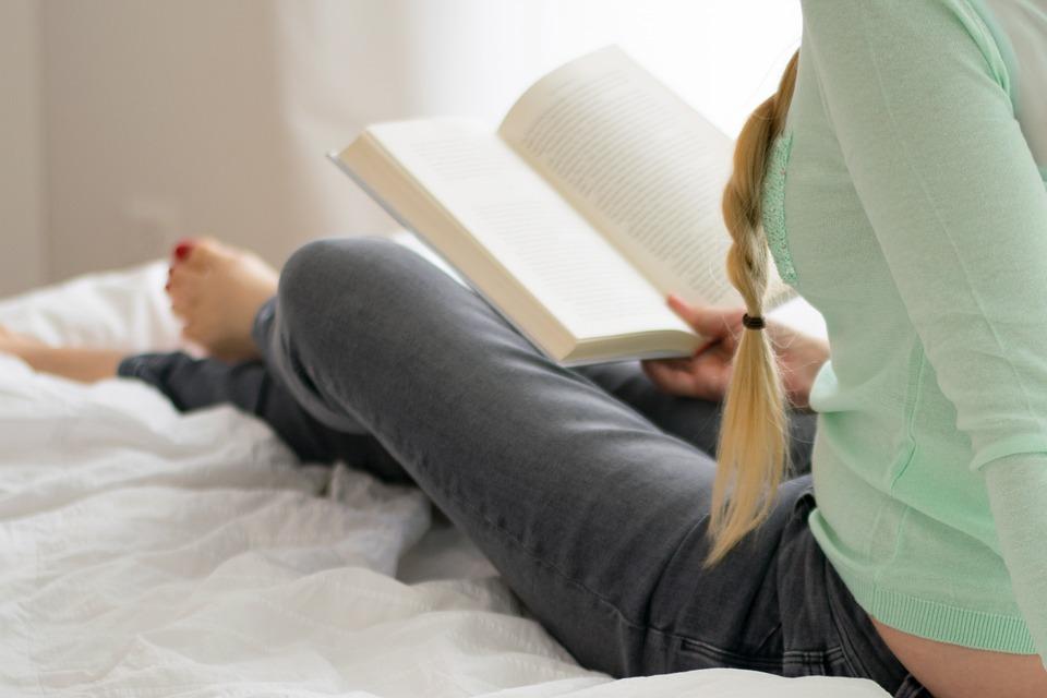ベッドルーム, ベッド, 枕, 慰める人, 毛布, 快適さ, リラックス, 人, 女性, 女の子, 読書