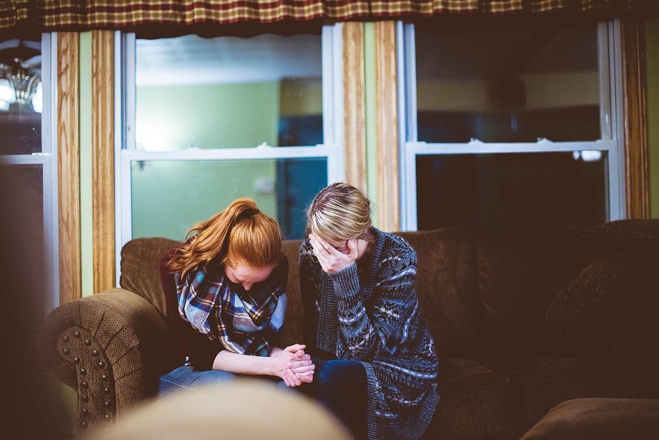 人, 女性, 泣く, ソファ, 姉妹, 家, ホーム, 悲しい, 天気予報, ジャケット, スカーフ