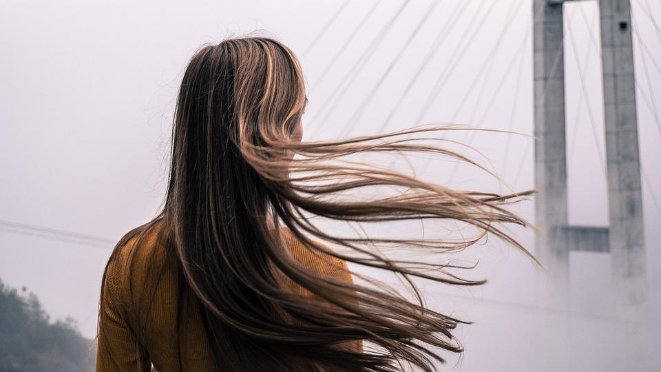Nenáročné triky, ako sa zbaviť mastných vlasov