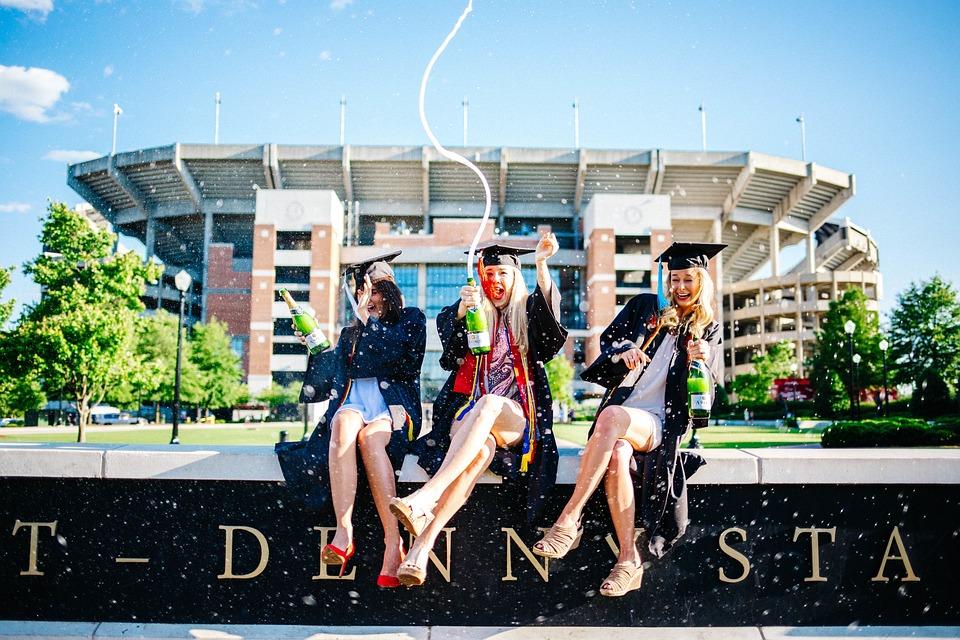 人, 女性, 女の子, 学生, 座っている, 大学院, 学校, 建物, 大学, 卒業