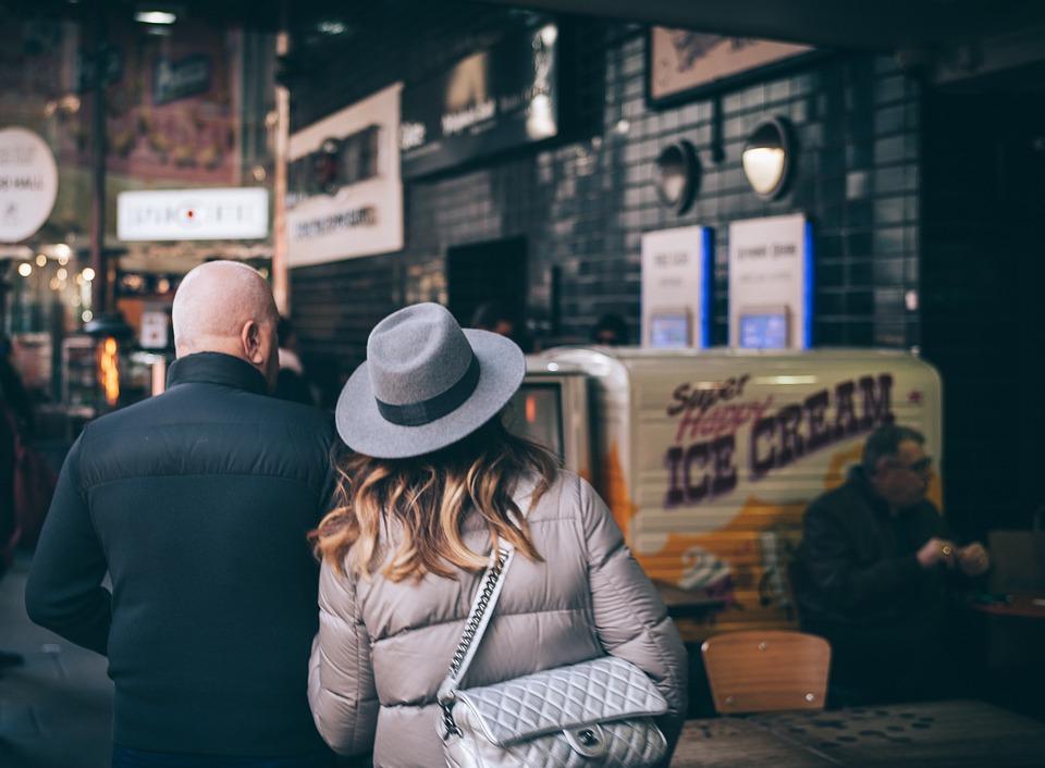 人, カップル, 男, 女性, 戻る, 徒歩, 市, バッグ, 帽子, ショッピング, 男性, 出会い