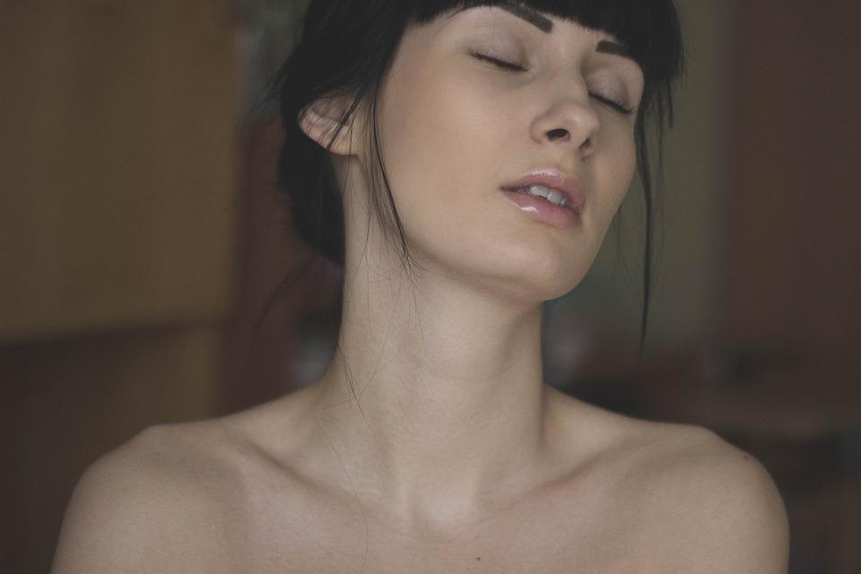 nakedd dievča