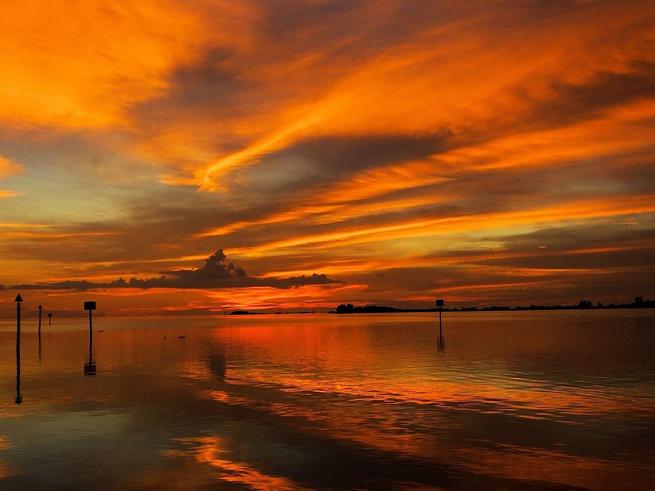картинка оранжевый закат у моря город венгрии