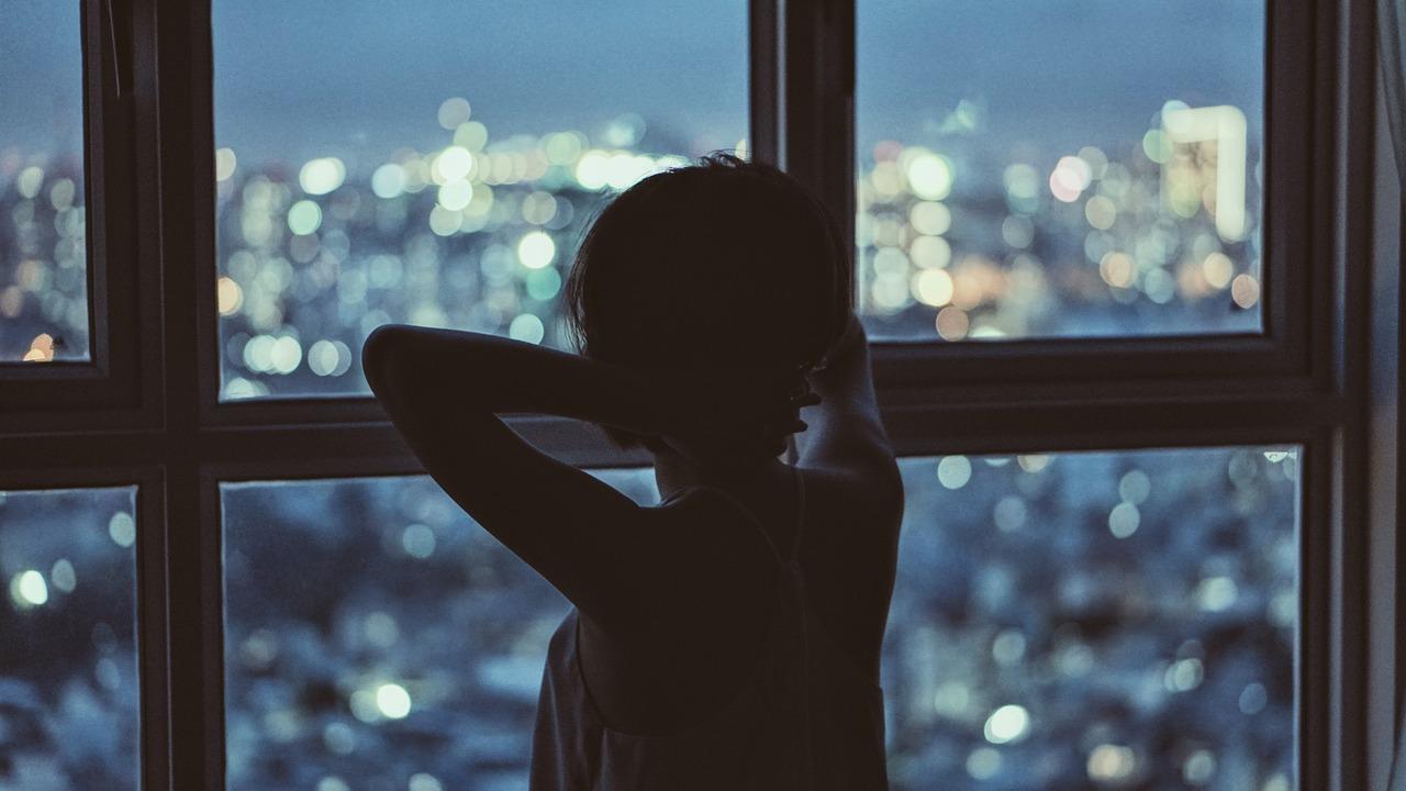 Грустные картинки девушка смотрит в окно