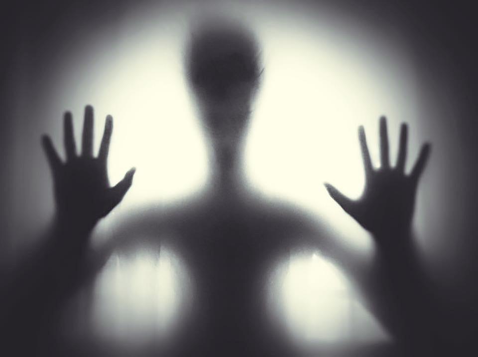 黒と白、不気味な、幽霊、手、窓、光