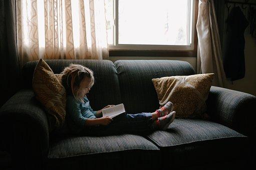 孩子, 人, 女孩, 儿童, 坐, 沙发, 枕头, 阅读, 书, 圣经, 窗口