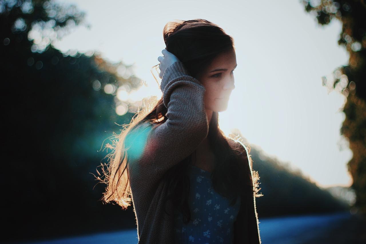 Картинка с боку девушка
