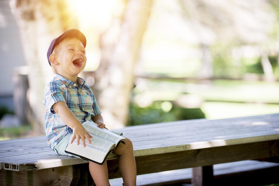少年, 笑い, 読書, 子ども, 子, 人, 笑う, 幸せ, 本, 座っている, 外