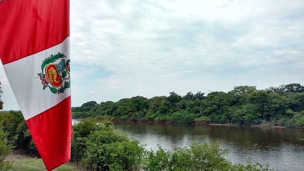 Expediciones Parque Nacional Manu Vilca, imagen de la bandera de Perú, detras un rio y la selva