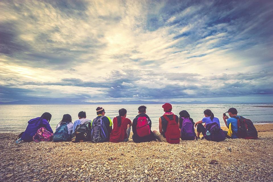 人, 子供, バックパック, ビーチ, 砂, 岩, 海, 水, 空, 雲, アウトドア, お友達と, グループ