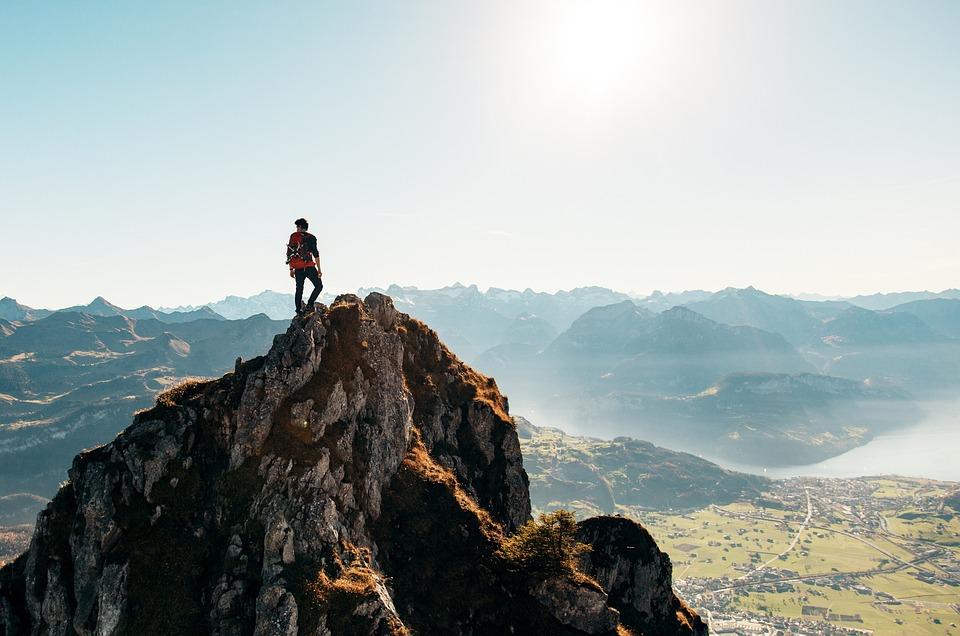 En person som overvinner følelsen av meningsløshet ved å søke og være aktiv i naturen