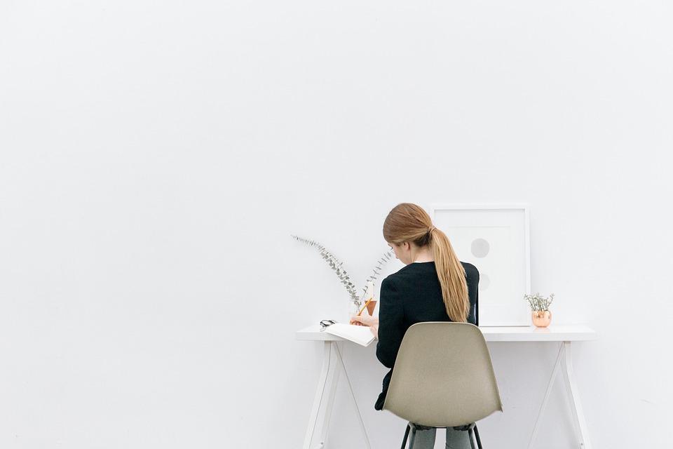Photo gratuite jeune fille femme travail bureau for Bureau jeune fille
