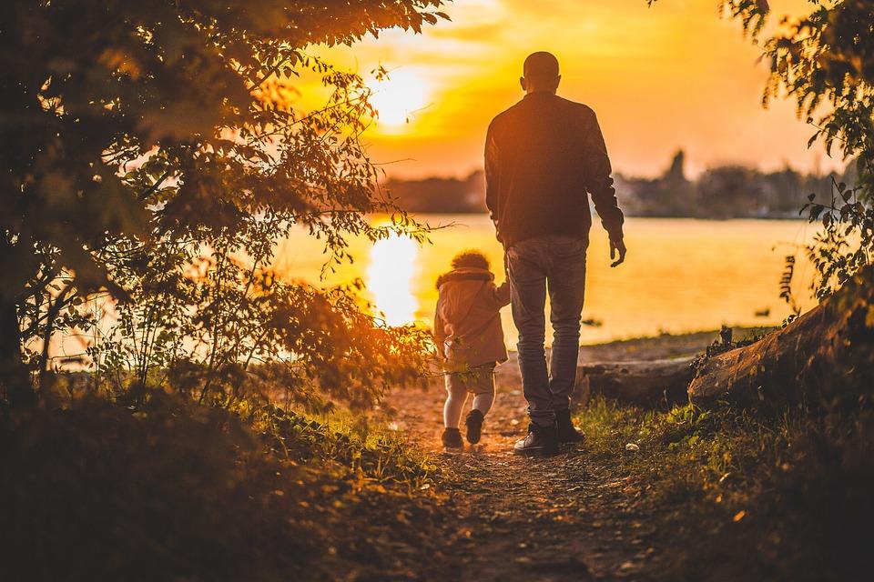 お父さん, 父, 子, 子ども, 家族, 人, 公園, 歩道, 森林, 林, 木, 自然, 湖, 水, 日没