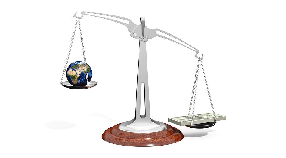 天秤に乗った地球とお金