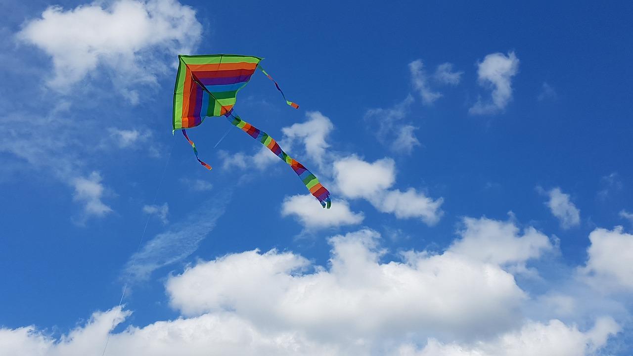 включил картинки с облаками небом и воздушным змеем лифт