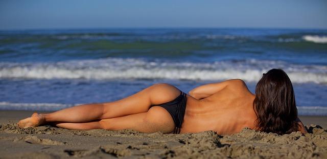 Отдых голым на пляже часу