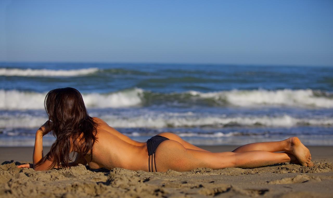 девушка шезлонге на пляже картинка на боком лежит
