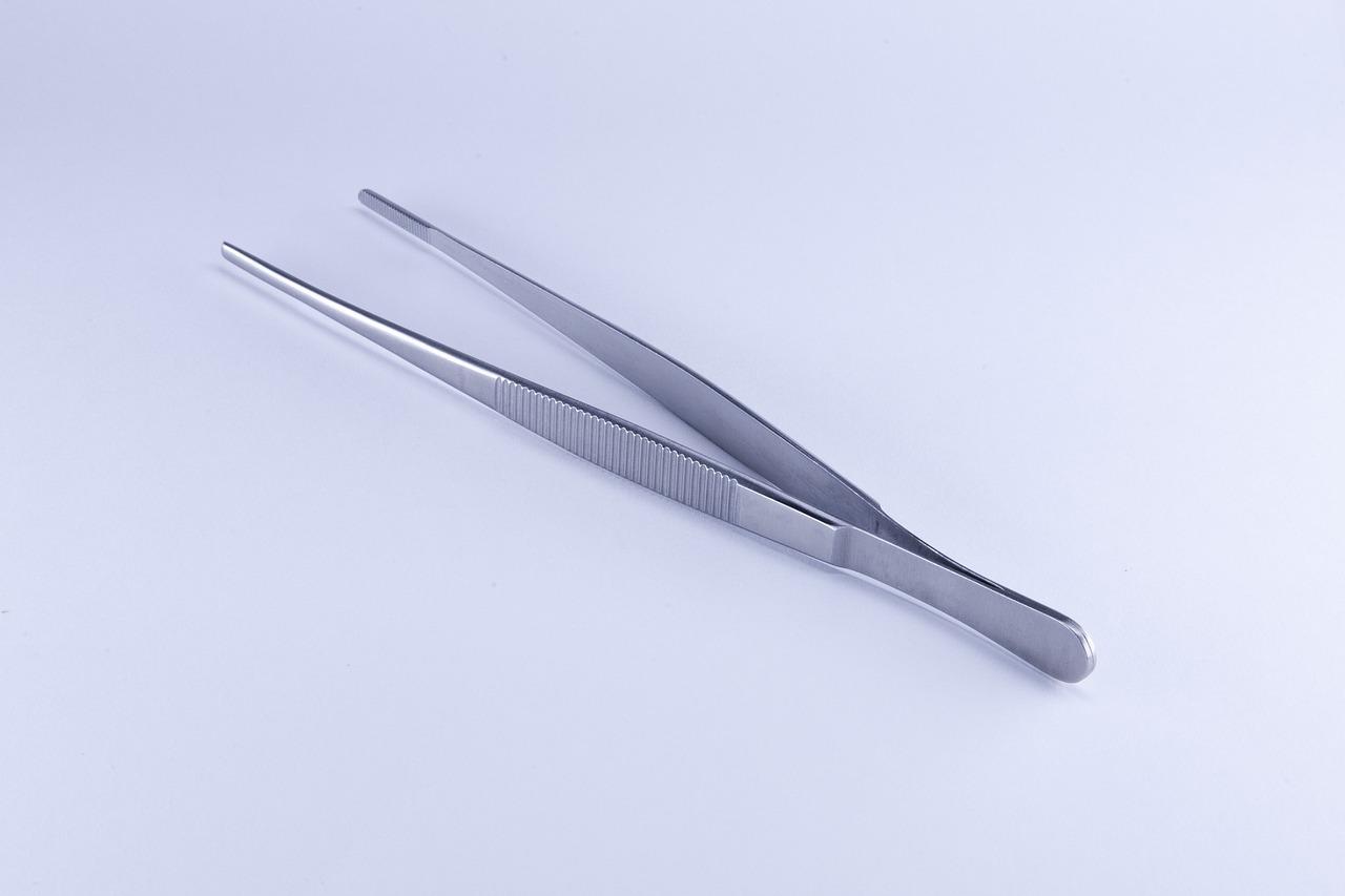 Tweezer for eyebrow slits