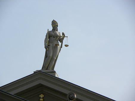 Justitia, Señora, Corte