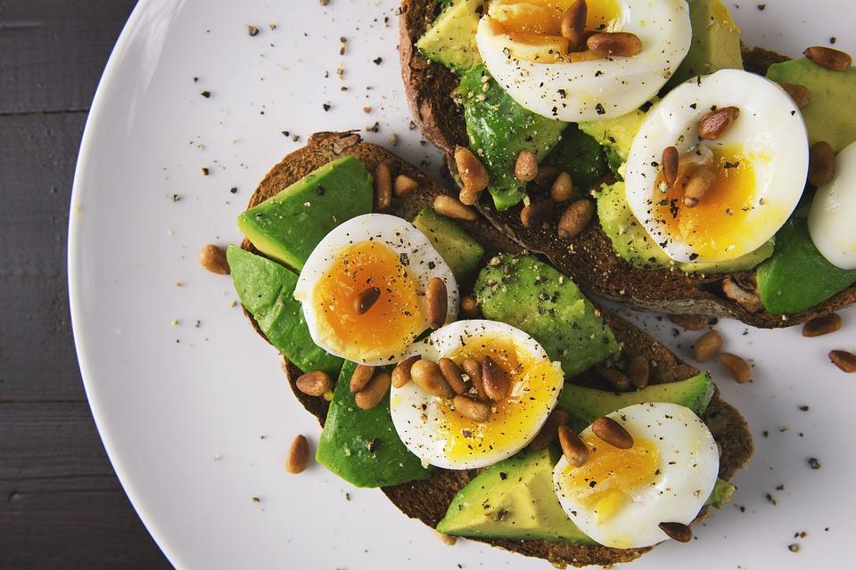 食品, 卵, トースト, パン, アボカド, 健康食品, ダイエット, 朝食, プレート, スナック, 健康