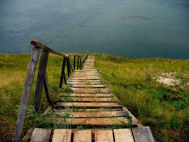 поэтесса, вернула фото черно белые спуск к озеру яблони обелиск