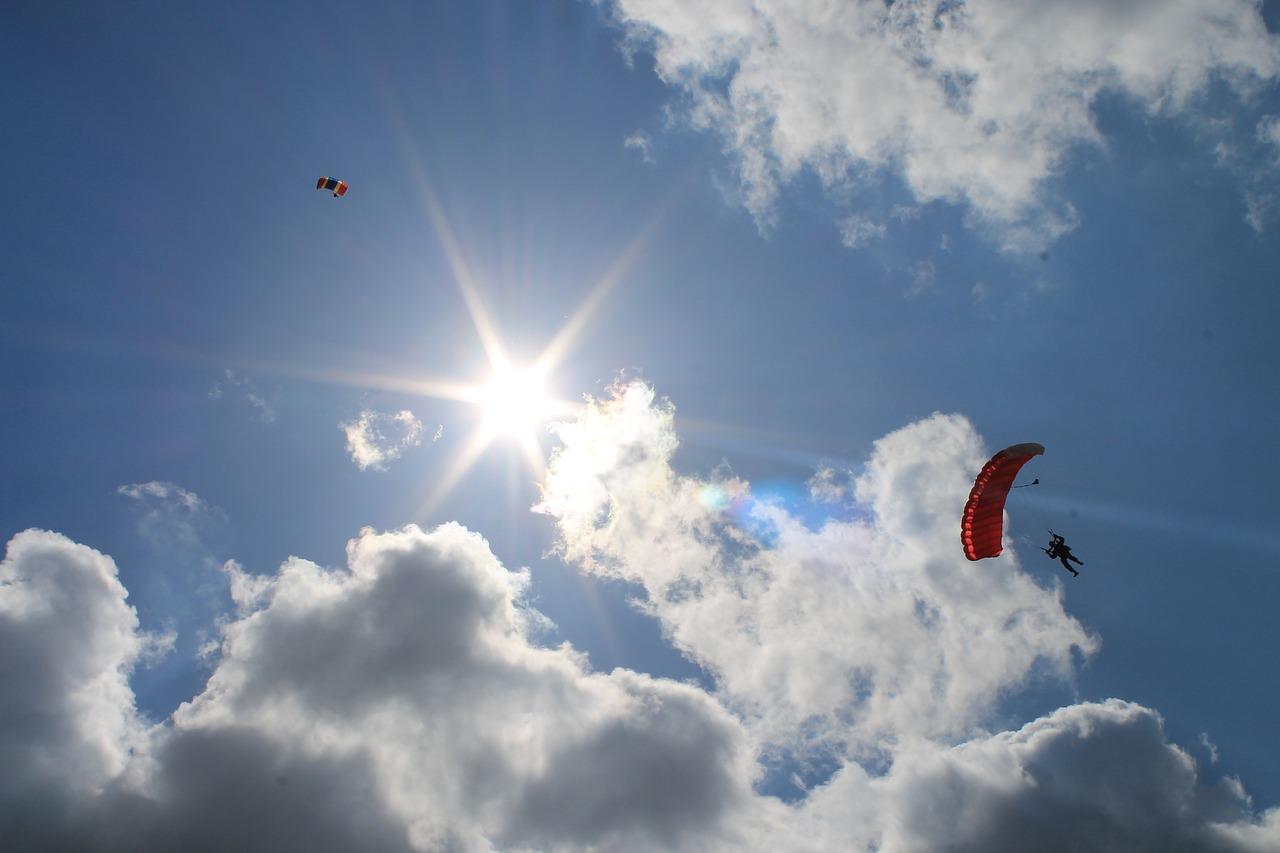 Картинки с парашютом в небе, марта
