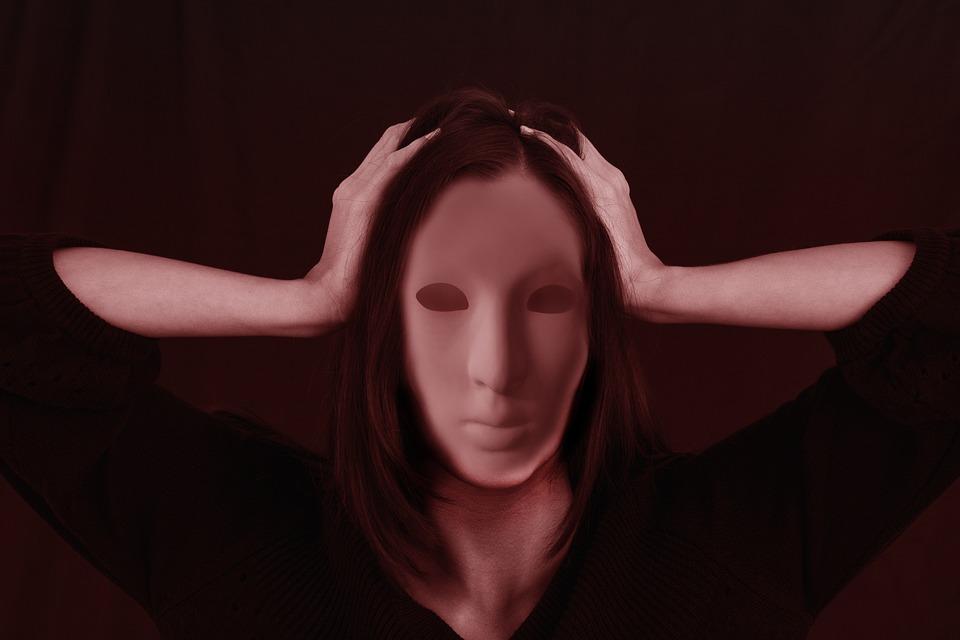 """For å dekke over skam og sårbarhet utvikler vi ofte ulike former for """"falske"""" selv."""