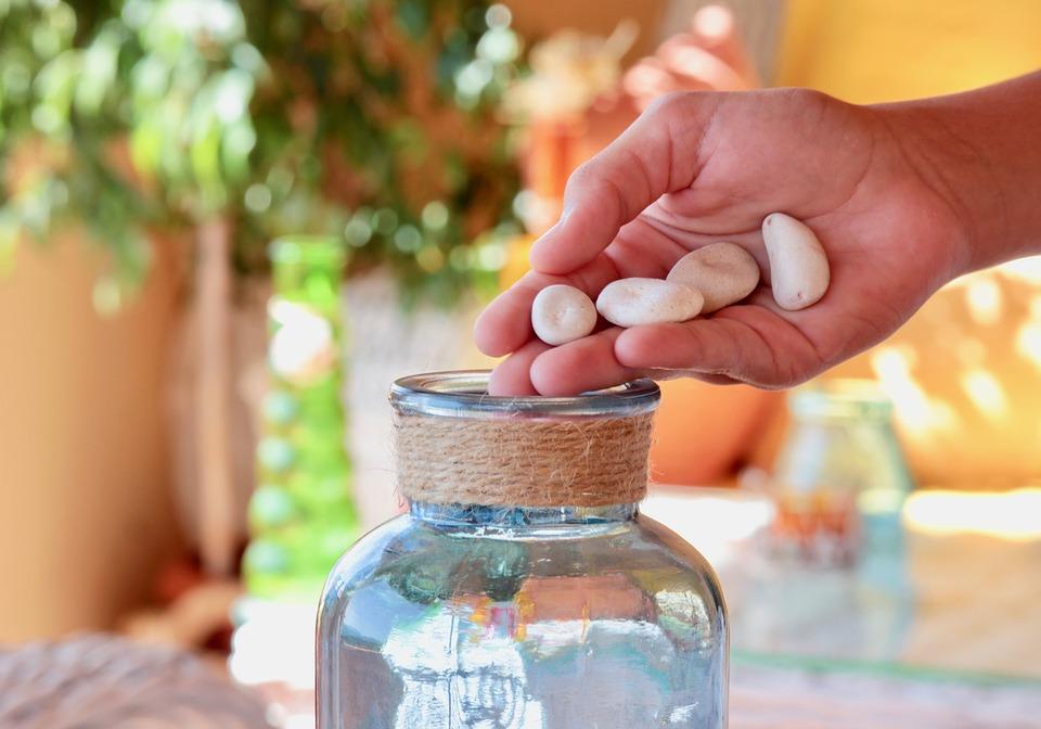 手, サッシ, ガラス瓶, コレクション, いもの, 選択, 石, ジェスチャー, 挿入, 寄付