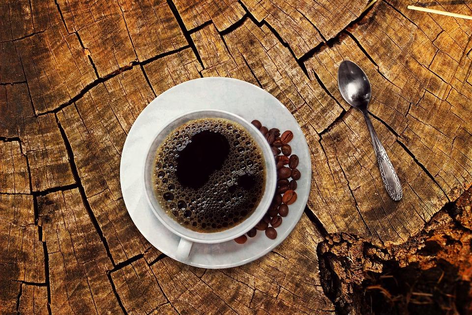 コーヒー, コーヒーカップ, カップ, ドリンク, 豆, コーヒー豆, 木製のテーブル, 恩恵を受ける, 休憩