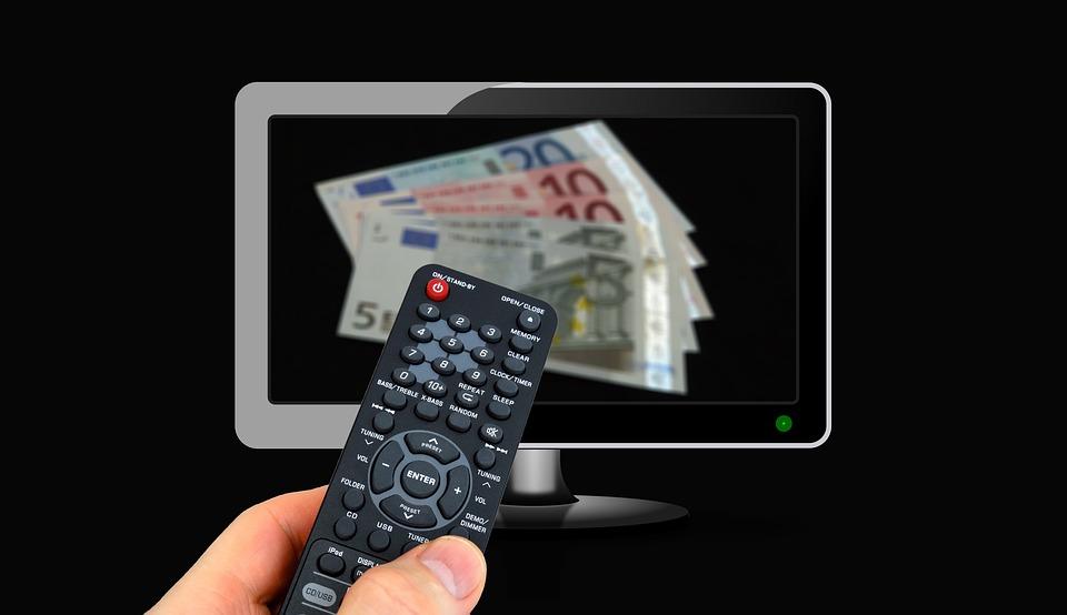 пульт от телевизора и деньги