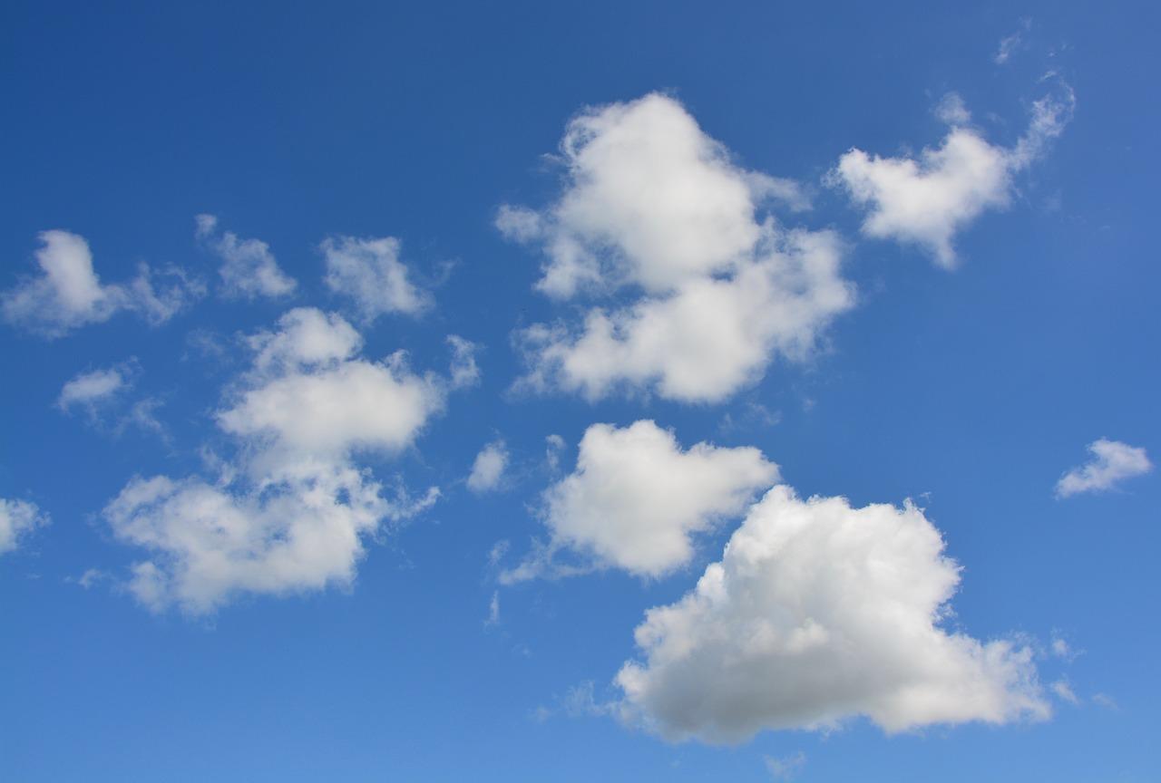 Голубое небо с белыми облаками картинки