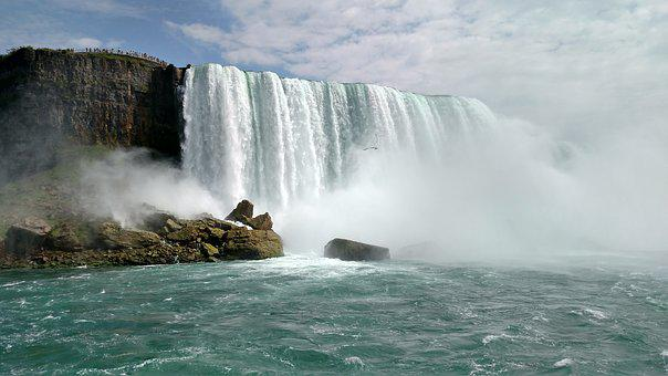 Water cascading down the Niagara Falls