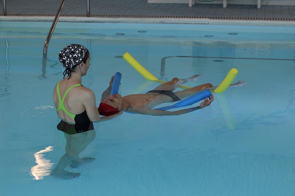 Idrokinesiterapia di un paziente su galleggianti seguito da terapista