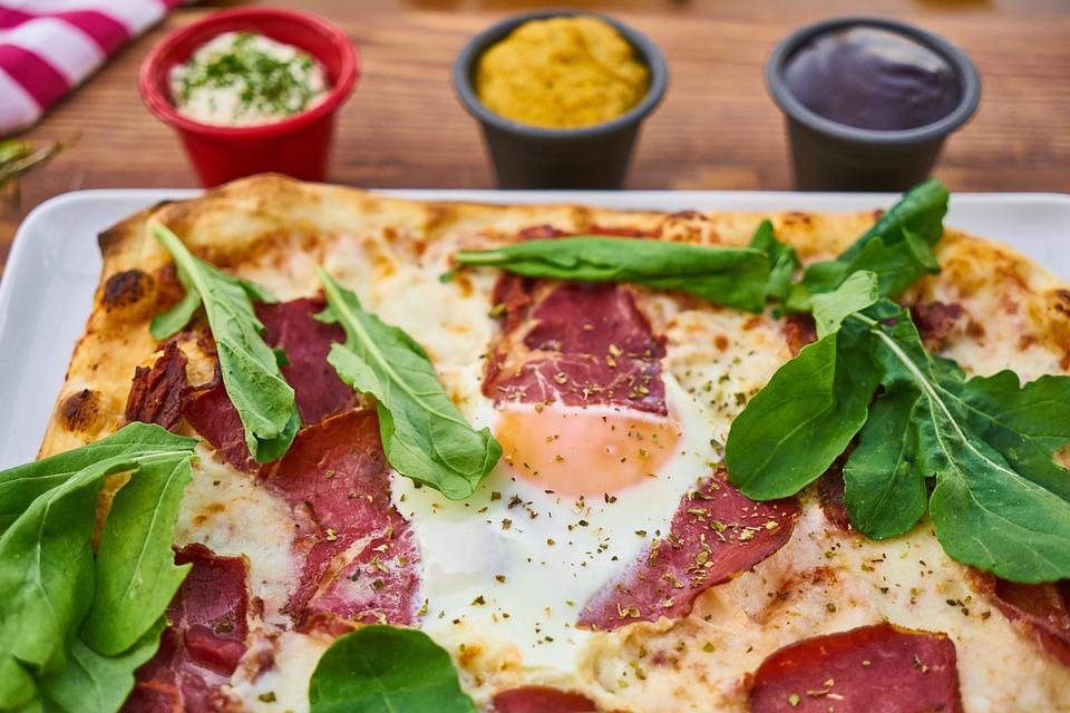 pizza med bacon och ägg