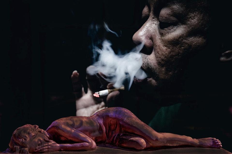 פסל של אישה מתה מתחת לאישה שמעשנת סיגריה
