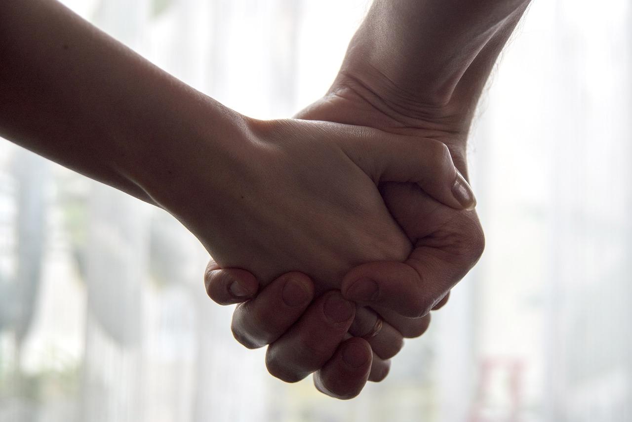 фото мужских рук держащих женские руки заметно