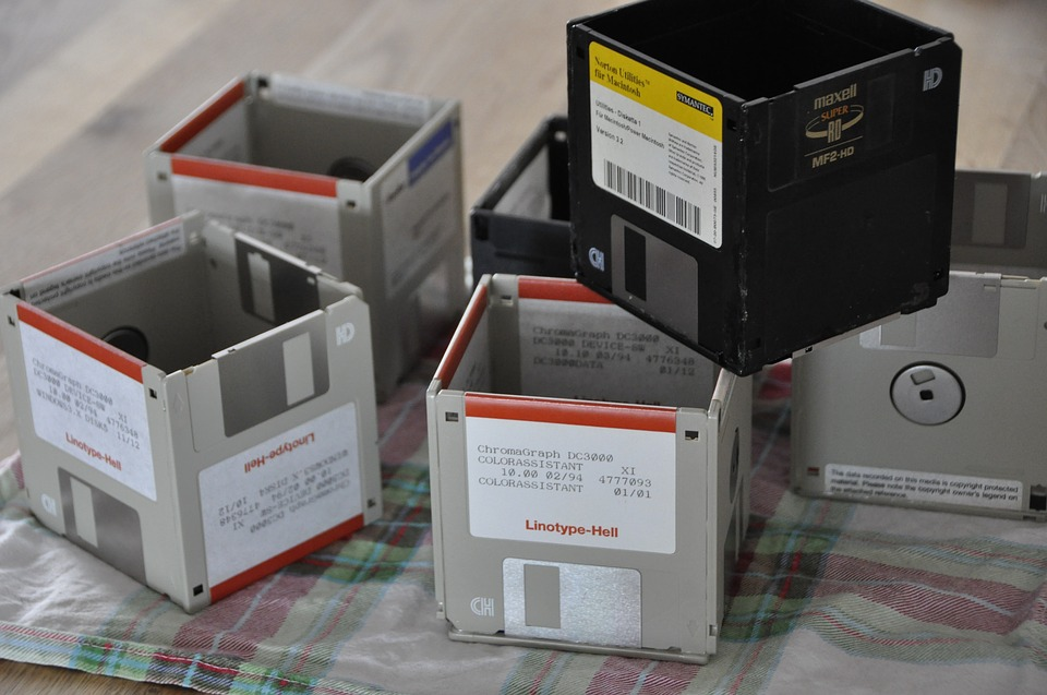 upcycling, upcycling ideas. upcycle, how to upcycle, floppy disk, recycle, pot,