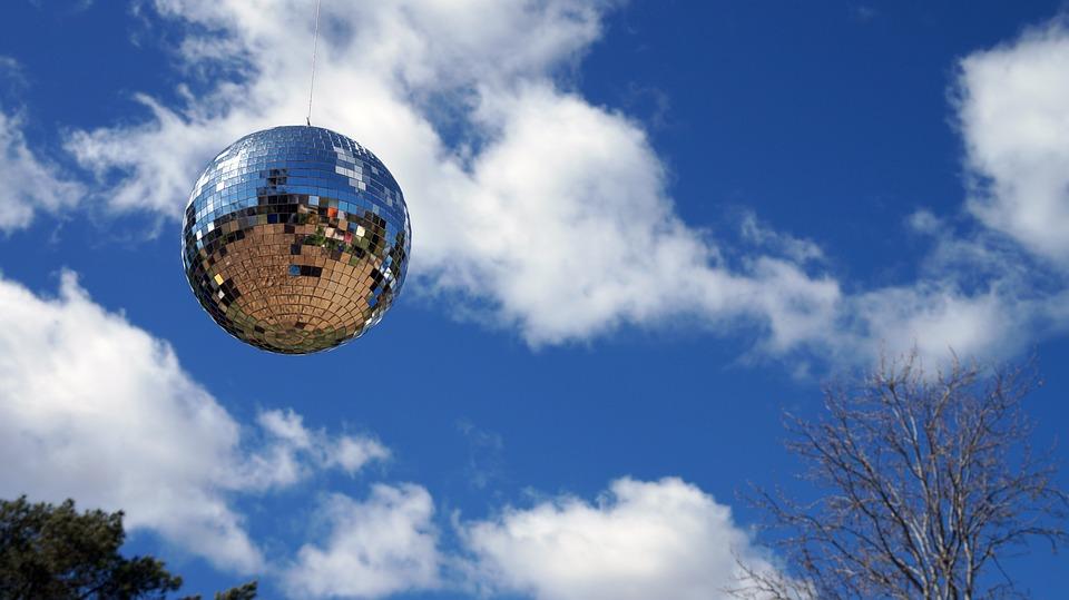 фото с земным шаром в облаках республике три