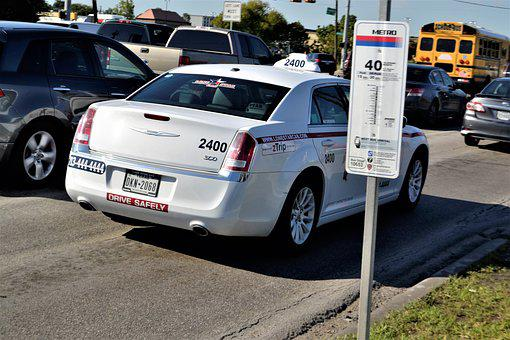独立したキャブドライバー, テキサス州ヒューストン, バス停, 白キャブ, 航運