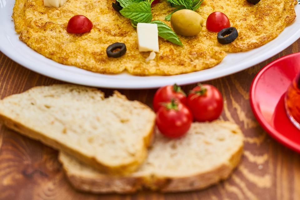 Boerenomelet met sneetjes brood en tomaatjes