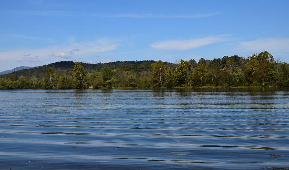 さざ波の河川 メルトン湖 川をク...
