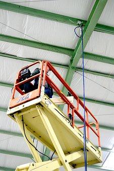 En lift gjør seg klar til å bistå i byggeprosessen.