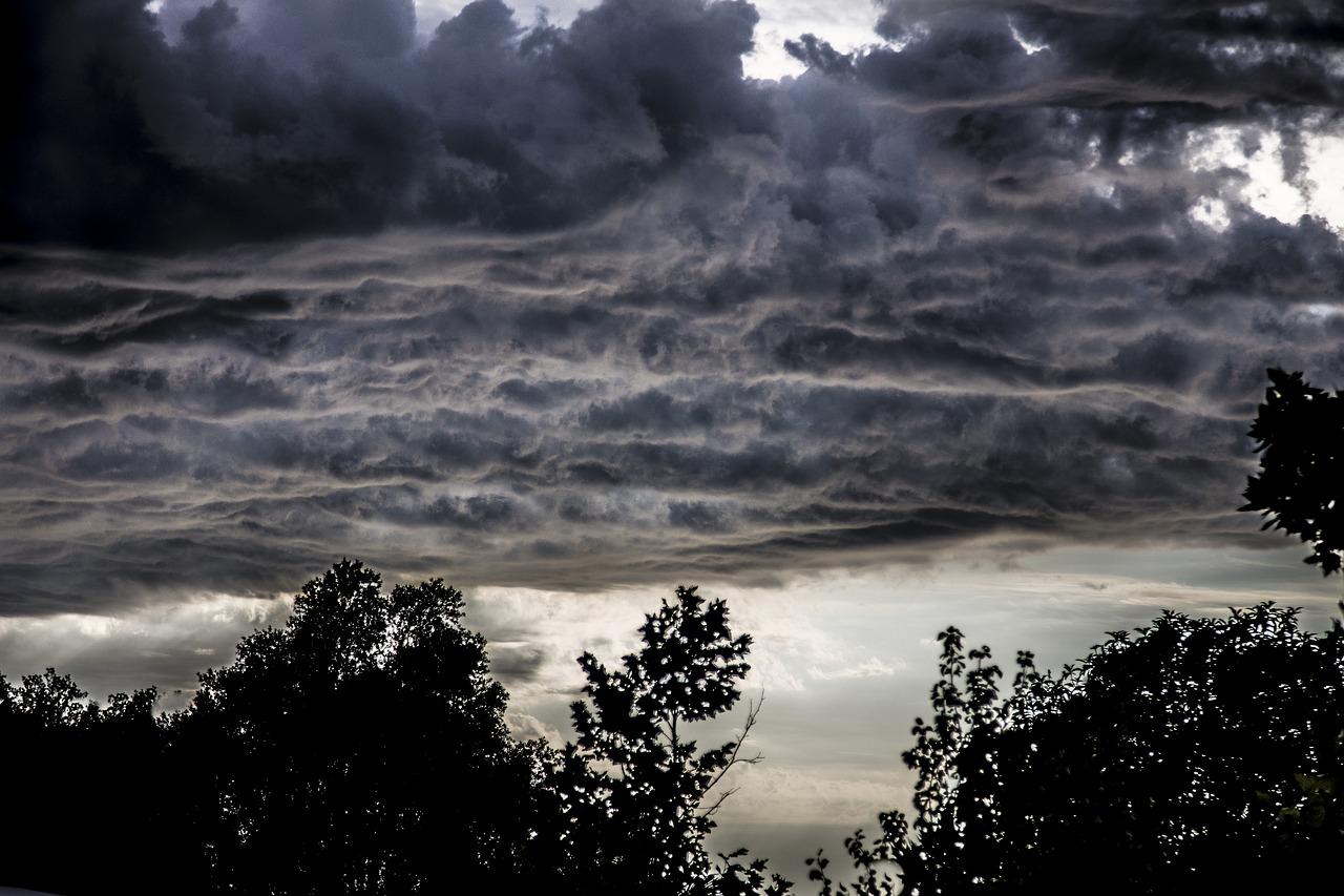 хранитель картинки с дождем и тучками касается