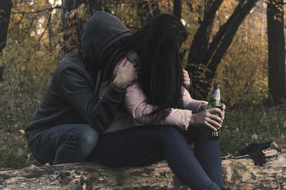 女性アルコール依存症, 女性, 女の子, アルコール, アルコール依存症, 酔っぱらい, 依存性, 憂鬱な